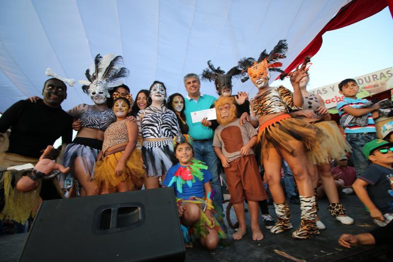 Los ganadores reciben el premio de manos del Alcalde de Vicuña, Rafael Vera.
