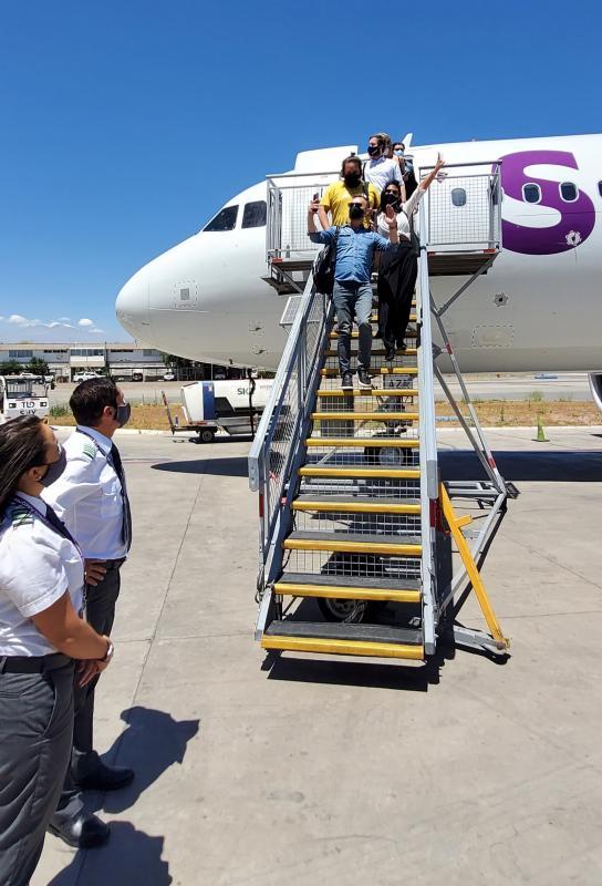 Pamela Díaz y Jordi Castell bajando del avión #S20FanEclipse
